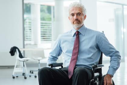 Geschäftsmann in einem Rollstuhl