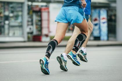 Kompressionsstrümpfe an einem Läufer
